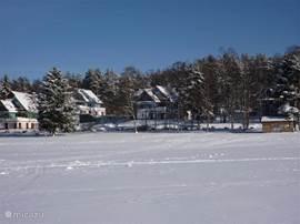 Aanzicht van het Riviera Lipno park! Foto genomen vanaf het geheel bevroren  meer.