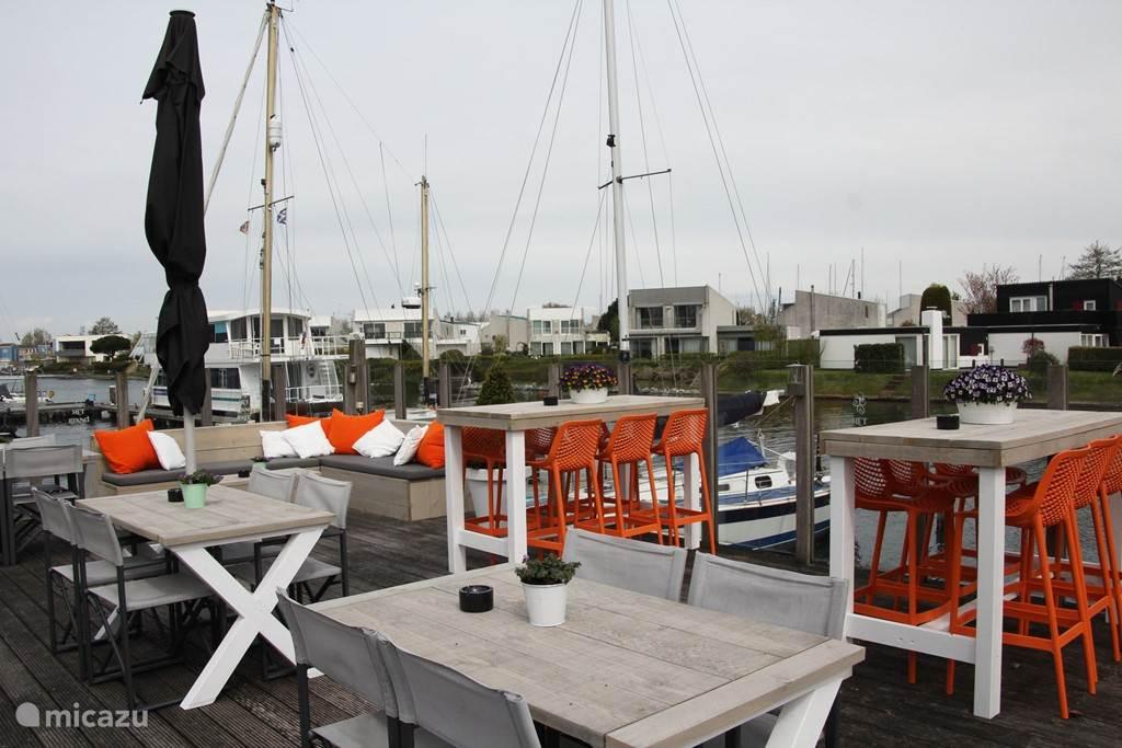 Terras van het vernieuwde restaurant aan het water.