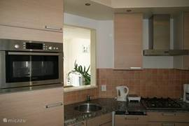 Keuken met luxe apparaten (oven/magnetron, Senseo, vaatwasser, broodrooster)