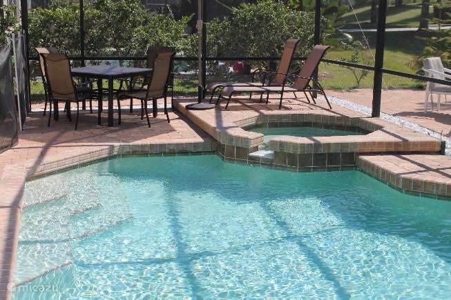 Zwembad en jacuzzi met terras
