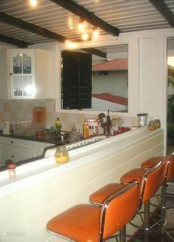 De keuken naast de veranda