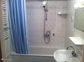 De badkamer op de begane grond met ligbad, douche en verwarmd handdoekrek. Op de eerste verdieping is er een tweede badkamer met wastafel en toilet.