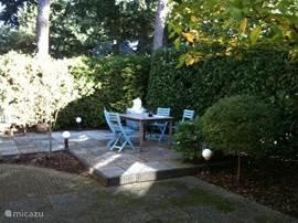 Op het terras achter het huis kunt u heerlijk buiten zitten.  Er staan vier ligstoelen in de schuur.