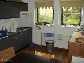 Aanzicht van de keuken die van alle gemakken is voorzien.