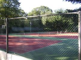 De tennisbanen die geboekt kunnen worden via de receptie van de camping.
