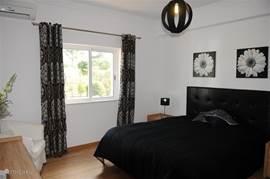 Slaapkamer met badkamer en-suite, begane grond