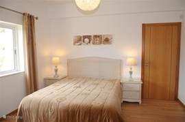 Slaapkamer met badkamer en-suite , begane grond