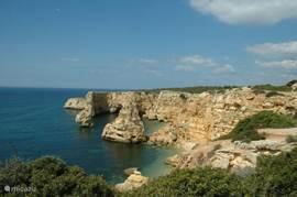 De prachtige kustlijn bij Praia de Marinha, op minder dan 5 minuten rijden vanaf Villa Oleander