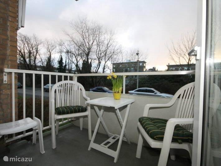 Het balkon  is zeer rustig gelegen, omgeven door bomen en struiken.  Hier kunt U genieten tot de zon ondergaat.  Het zeer rustige straatje biedt gratis parkeergelegenheid en wordt uitsluitend gebruikt voor bestemmingsverkeer ( dus  geen doorgaande weg!! )