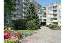 Voorkant en entree  Het appartement bevindt zich op de parterre aan de achterkant van het mooi verhoogd liggende gebouw.