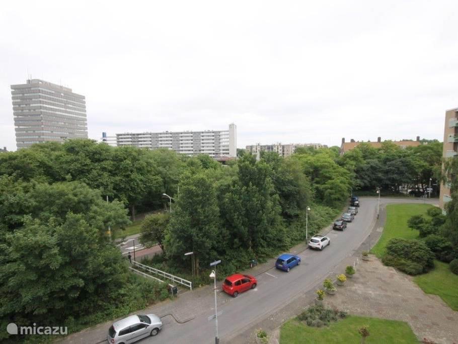 Door veel groen omgeven. (Rechts op de foto is het appartement nog net zichtbaar), dus niet de 2 grote gebouwen. Rechts onderaan toegang tot de centrale entree. Gratis parkeergelegenheid.