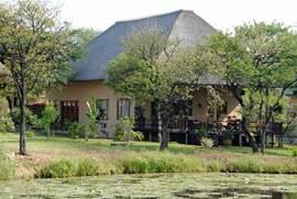 vooraanzicht van het huis vanaf de vijvers