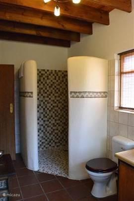 één van de inloopdouches in de badkmer(s) met wastafel, toilet en ligbad