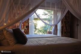 slaapkamer(s) met openslaande deuren naar terras met zitgroep en buitendouche
