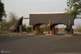 De Phalaborwa gate; ingang Krugerpark (1 km. van het vakantiehuis gelegen)