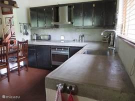 deel van de keuken met oven, keramische kookplaat, afzuigkap en wasbak