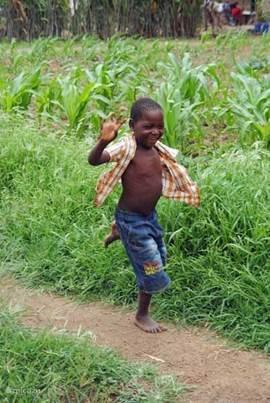 Zwaaiend jongentje in Township