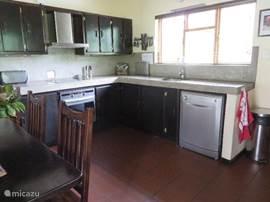 deel van de keuken met oven, afzuigkap, wasbak en vaatwasser