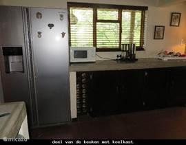 deel van de keuken met amerikaanse koel-/vrieskast met ijsblokjesmachine en waterdispenser