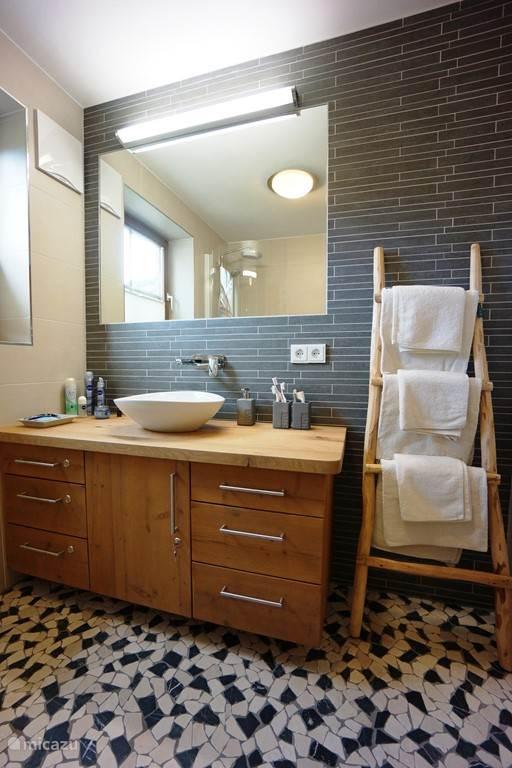Recentelijk gerenoveerde badkamer begane grond met stortdouche en badkuip