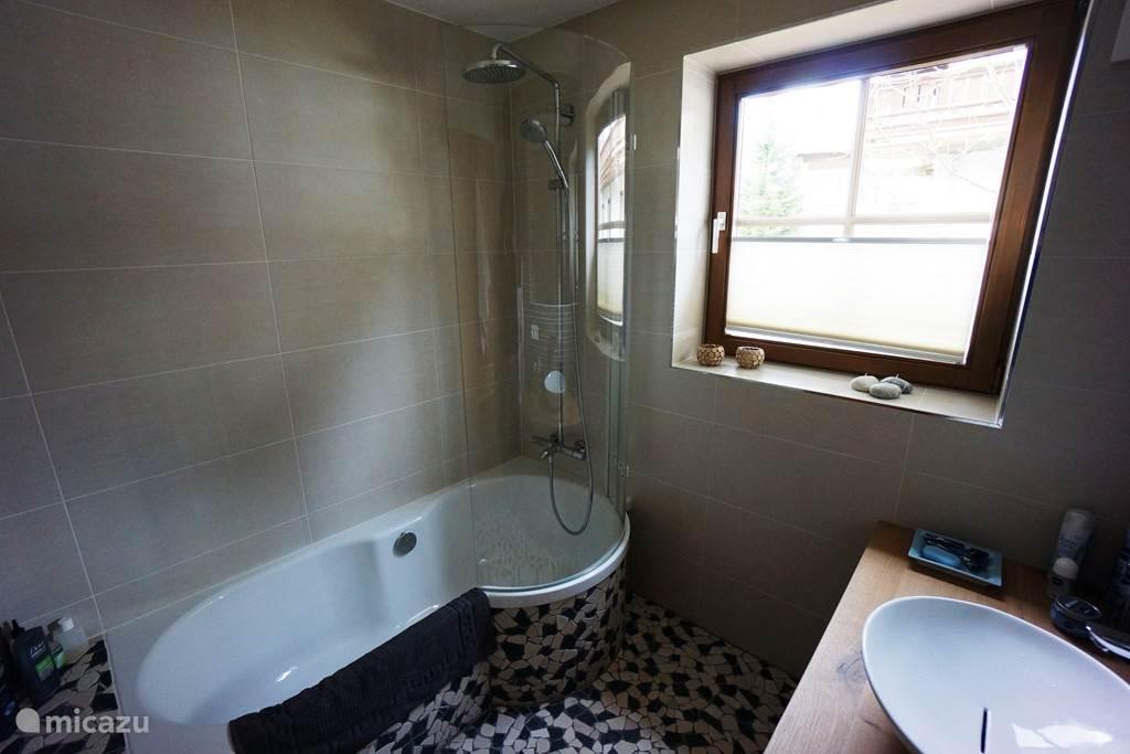 Badkuip met geïntegreerde douchecabine met stortdouche