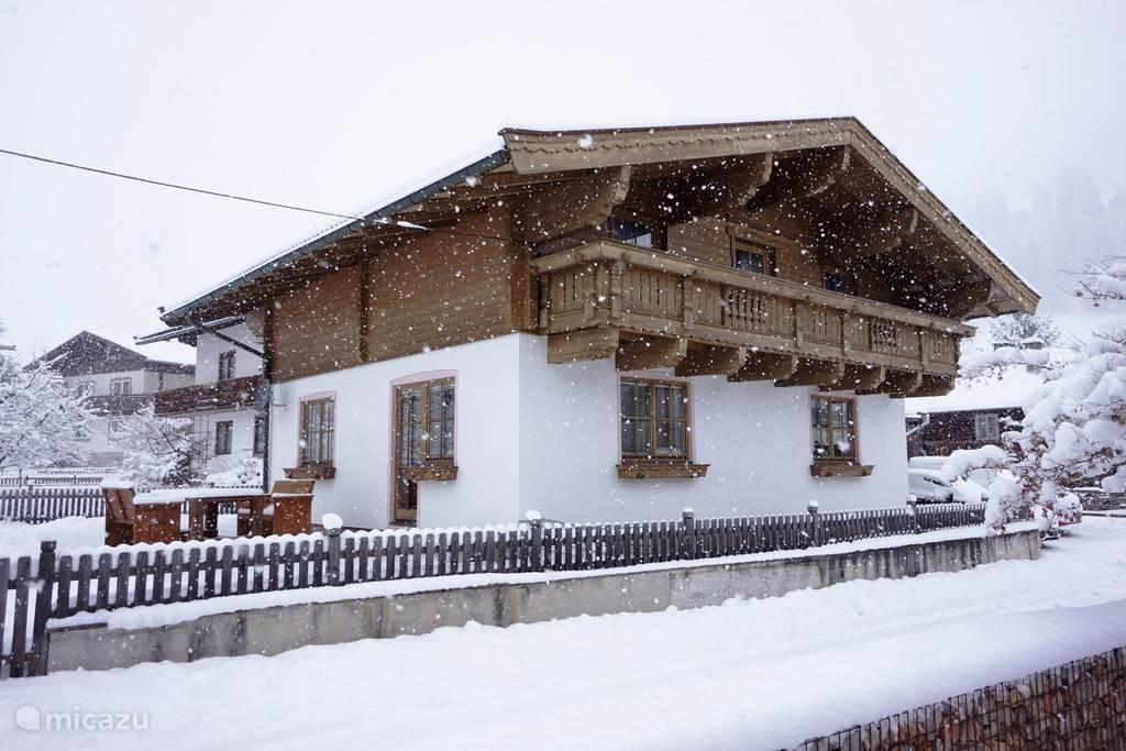 Huis tuinzijde in sneeuw
