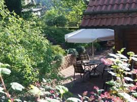 Meerdere grote terrassen met alle ruimte voor buitenleven. Zonnen, badminton, kinderbadje, buiten eten, alles kan. Veel tuinmeubilair zoals  tuintafels, tuinstoelen, ligstoelen, parasols, een schommelbank, hangmat enz. Voor s' avonds : terrasverwarming en terrasverlichting.