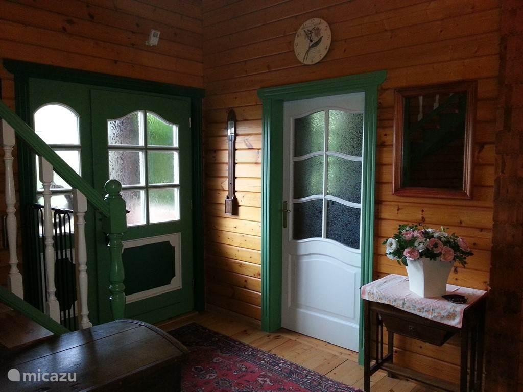Een ruime en vriendelijke entree overgaand in een grote hal waar alle kamers op de begane grond op uitkomen