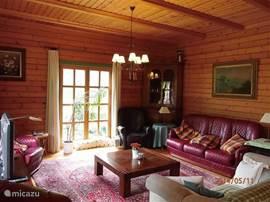 Heerlijke leefruimtes (liefst 240 m2) en veel natuurlijke materialen. Volledig centraal verwarmd en overal comfortabel ingericht. Grote centrale hal, waar alle vertrekken op uitkomen, zoals de woonkamer met comfortabele zitmeubelen, TV, audio & internet en openslaande deuren naar de tuin.