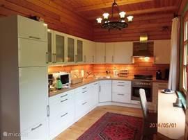 Fijne keuken,lekker groot en voorzien van alle gemakken. Heerlijk uitzicht op de tuin en direct toegankelijk vanuit de woonkamer.