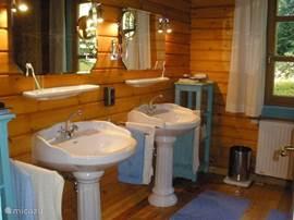 5 slaapkamers, 3 badkamers met vaste wastafels, douche en/of bad en toilet.