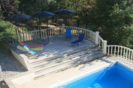 Het terras bij het zwembad