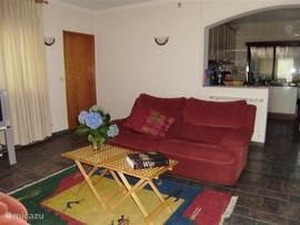 woonkamer met doorkijk naar open keuken