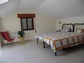 een van de slaapkamers bovenverdieping met twee eenpersoonsbedden