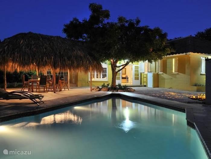 Tijdens de tropische avond en nacht is er sfeervolle verlichting rondom de gehele villa.