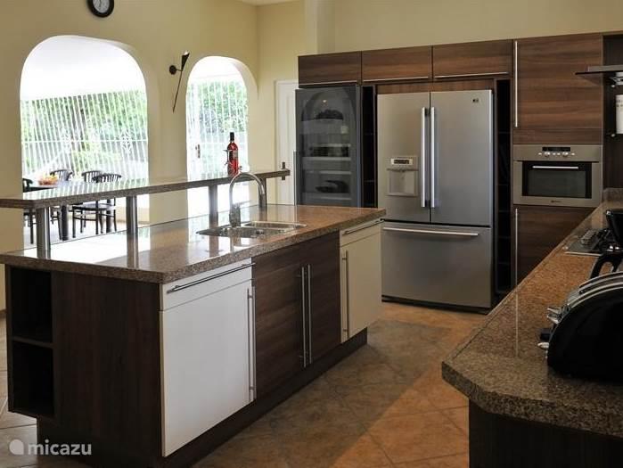 De keuken is compleet ingericht met amerikaanse koelkast, wijnklimaatkast, vaatwasser en combi magnetron oven.
