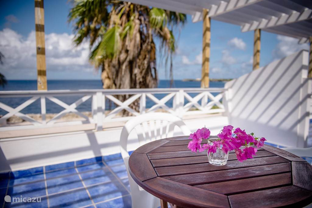 Zicht op de Carabische Zee vanaf balkon op de 1ste verdieping