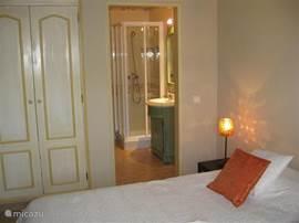 2e slaapkamer met badkamer