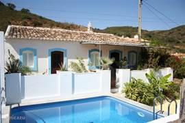 De voorzijde van ons huis met zoutwaterzwembad. Vanwege de hoge opbouw is ons zwembad veilig voor kleine kinderen. Vanaf ons terras heb je een wijds uitzicht over de Asseca Vallei.