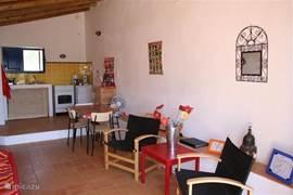 De binnenzijde van het gastenverblijf, met aan het eind de open keuken.
