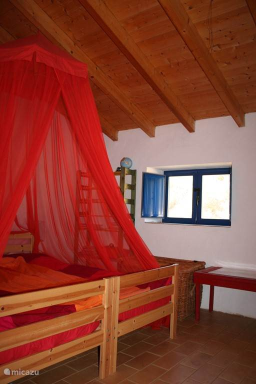 Slaapkamer 2 in het hoofdhuis.