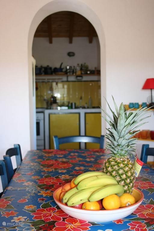Doorkijk vanuit de huiskamer van het hoofdhuis naar onze keuken.