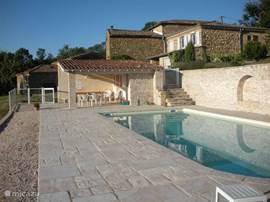 Het zwembad is 5x10 meter lang en wordt gedeeld met eventuele huurders van het andere huis (Elise) en de eigenaren als die er zijn. Het zwembad heeft een prachtig vrij uitzicht over de Rhônevallei.
