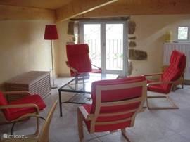 Zitkamer op de 1e etage met 4 fauteuils, salontafel, bedbank en speelhoek (tafel en stoelen); T.V. aanwezig, maar staat niet op de foto.
