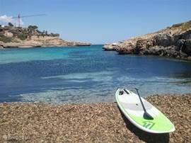 Stand Up Paddle surfboards zijn te huur bij de surfschool van Inturotel tussen Cala Esmeralda en Cala Ferrera in.