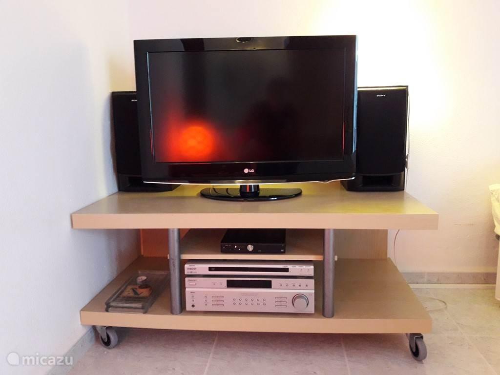 Nieuwe 32 HD tv en ontvanger. Wordt uitgerust met Canal Digitaal basis pakket met vele NL zenders en Nat. Geographic en Discovery.