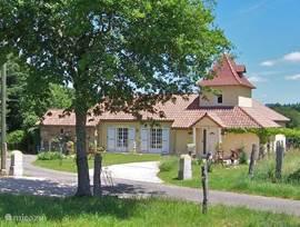 Het huis met een pigeonnier is in 2004 gebouwd. Er is prachtig wijds uitzicht over de groene vallei. Aan de andere kant kijkt u op een17e eeuws boerderijtje. Het ligt aan een doodlopend weggetje, aan de rand van een bos, waar u schitterend kunt wandelen, en ligt 3 km buiten het dorpje.