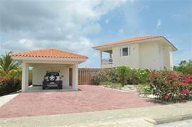 Impression front Caribbean View Villa. Also for the villa is a beautifully landscaped garden of white jasmine with rose red and pink oleanders bougainvilliea. There is a covered carport where the car can be put. You get a cool car when the temperatures which is very pleasant.