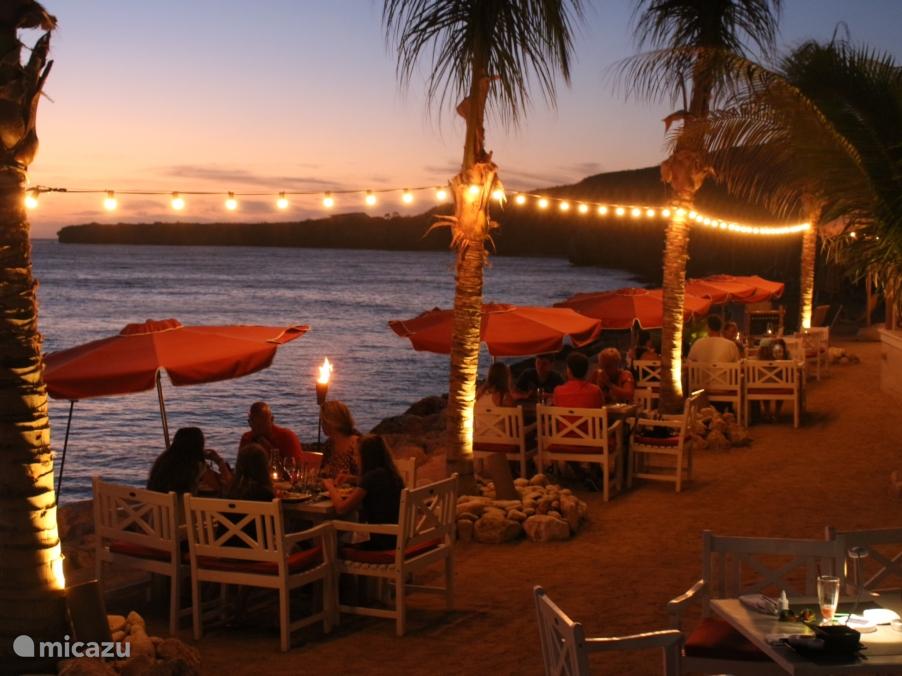 ''s Avonds dineren bij het strandrestaurant Karakter op 2 minuten lopen van Villa Caribbean View.