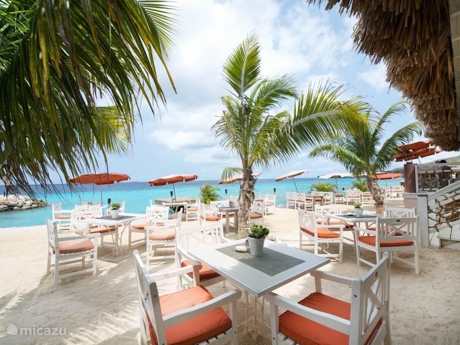 Strandrestaurant Karakter bij privé strand op 2 minuten loopafstand van de villa